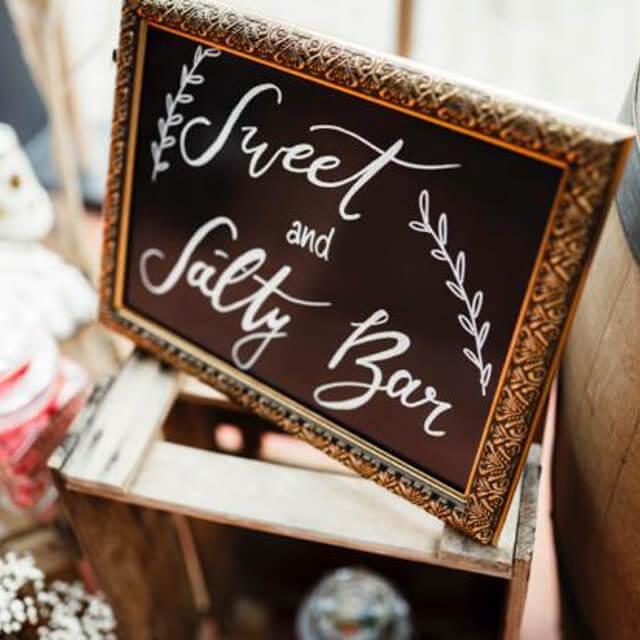 Hinweisschild-gold-Sweet-and-Salty-Bar